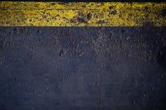 Αφηρημένη οδική επιφάνεια ασφάλτου με την κίτρινη γραμμή στοκ φωτογραφία με δικαίωμα ελεύθερης χρήσης