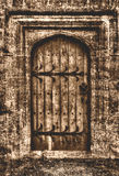 Αφηρημένη παλαιά ξύλινη πόρτα με τη θολωμένη πόρτα στη σέπια Στοκ φωτογραφία με δικαίωμα ελεύθερης χρήσης