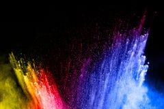 Αφηρημένη πολύχρωμη έκρηξη σκόνης στο μαύρο υπόβαθρο Στοκ Εικόνες
