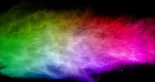 Αφηρημένη πραγματική πολύχρωμη έκρηξη σκονών στο μαύρο υπόβαθρο, σε αργή κίνηση ελεύθερη απεικόνιση δικαιώματος