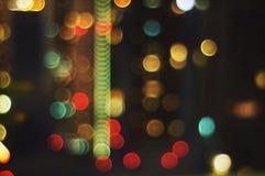 Αφηρημένη πτώση υποβάθρου Bokeh από το φωτεινό σηματοδότη στη νύχτα Στοκ Φωτογραφία