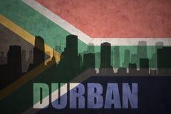 Αφηρημένη σκιαγραφία της πόλης με το κείμενο Ντάρμπαν στην εκλεκτής ποιότητας σημαία της Νότιας Αφρικής Στοκ Φωτογραφία