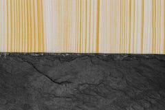 Αφηρημένη σύνθεση υποβάθρου διαιρεσμένος στη μισή ριγωτή ξύλινη σανίδα και τη μαύρη πέτρα με το διάστημα αντιγράφων στοκ φωτογραφία με δικαίωμα ελεύθερης χρήσης