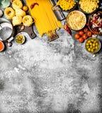 αφηρημένη σύσταση ζυμαρικών τροφίμων ανασκόπησης Διάφορα ζυμαρικά με τα λαχανικά και τα καρυκεύματα Στοκ Εικόνες