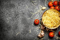 αφηρημένη σύσταση ζυμαρικών τροφίμων ανασκόπησης Νουντλς με τις ντομάτες και το σκόρδο Στοκ εικόνα με δικαίωμα ελεύθερης χρήσης