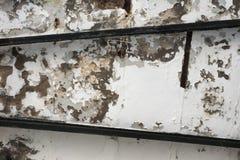 Αφηρημένη σύσταση υποβάθρου grunge του παλαιού άσπρου τοίχου με τα βρώμικα σημεία και τους μαύρους σωλήνες μετάλλων Στοκ Εικόνες