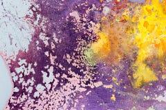 Αφηρημένη σύσταση χρώματος ζωγραφικής Φωτεινό καλλιτεχνικό υπόβαθρο στην πορφύρα και κίτρινος στοκ φωτογραφία