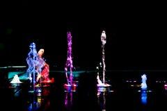 Αφηρημένη τέχνη από το νερό πηγών με το φως των οδηγήσεων Στοκ Φωτογραφίες