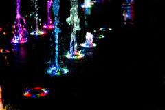 Αφηρημένη τέχνη από το νερό πηγών με το φως των οδηγήσεων Στοκ εικόνα με δικαίωμα ελεύθερης χρήσης