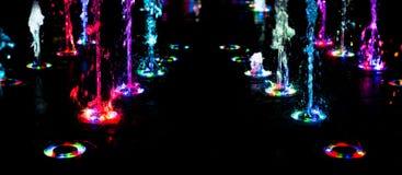Αφηρημένη τέχνη από το νερό πηγών με το φως των οδηγήσεων Στοκ φωτογραφία με δικαίωμα ελεύθερης χρήσης