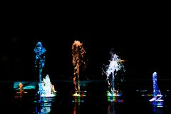 Αφηρημένη τέχνη από το νερό πηγών με το φως των οδηγήσεων Στοκ Φωτογραφία