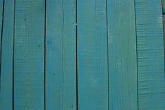 Αφηρημένη τυρκουάζ φωτεινή ξύλινη σύσταση πέρα από το μπλε ελαφρύ φυσικό υπόβαθρο χρώματος, παλαιό σκηνικό επιτροπής με το διάστη στοκ εικόνες
