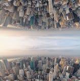 Αφηρημένη υπερφυσική άνω πλευρά - κάτω από την άποψη του ορίζοντα πόλεων Sci Fi concep Στοκ Εικόνες