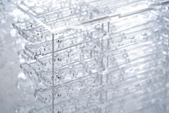 αφηρημένη υψηλή τεχνολογί&a Λεπτομέρειες του διαφανούς πλαστικού ή του γυαλιού Κοπή λέιζερ του πλεξιγκλάς στοκ εικόνες
