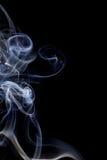 Αφηρημένος άσπρος μπλε καπνός από τα αρωματικά ραβδιά Στοκ φωτογραφίες με δικαίωμα ελεύθερης χρήσης