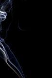 Αφηρημένος άσπρος μπλε καπνός από τα αρωματικά ραβδιά Στοκ Εικόνες