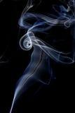 Αφηρημένος άσπρος μπλε καπνός από τα αρωματικά ραβδιά Στοκ εικόνα με δικαίωμα ελεύθερης χρήσης