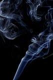 Αφηρημένος άσπρος μπλε καπνός από τα αρωματικά ραβδιά Στοκ Φωτογραφία