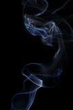 Αφηρημένος άσπρος μπλε καπνός από τα αρωματικά ραβδιά Στοκ εικόνες με δικαίωμα ελεύθερης χρήσης