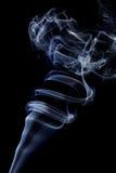 Αφηρημένος άσπρος μπλε καπνός από τα αρωματικά ραβδιά Στοκ Φωτογραφίες
