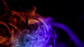 Αφηρημένος ζωηρόχρωμος καπνός στο μαύρο υπόβαθρο, απόθεμα βίντεο