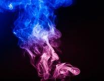 Αφηρημένος ζωηρόχρωμος καπνός στο μαύρο υπόβαθρο Στοκ Εικόνα
