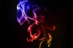 Αφηρημένος ζωηρόχρωμος καπνός στο μαύρο υπόβαθρο Στοκ Εικόνες