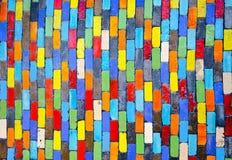 Αφηρημένος ζωηρόχρωμος τουβλότοιχος ουράνιων τόξων σε ένα υπόβαθρο Στοκ Φωτογραφίες