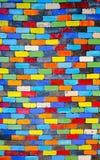 Αφηρημένος ζωηρόχρωμος τουβλότοιχος ουράνιων τόξων σε ένα υπόβαθρο Στοκ Εικόνες