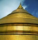 Αφηρημένος διαγώνιος χρυσός μετάλλων της Ταϊλάνδης Μπανγκόκ στη στέγη Στοκ φωτογραφία με δικαίωμα ελεύθερης χρήσης