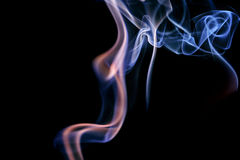 Αφηρημένος ιώδης μπλε καπνός από τα αρωματικά ραβδιά Στοκ εικόνες με δικαίωμα ελεύθερης χρήσης
