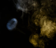 Αφηρημένος καπνός σε ένα σκοτεινό υπόβαθρο Στοκ φωτογραφίες με δικαίωμα ελεύθερης χρήσης