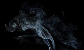 Αφηρημένος καπνός στο μαύρο υπόβαθρο Στοκ εικόνα με δικαίωμα ελεύθερης χρήσης