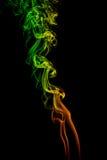 Αφηρημένος κιτρινοπράσινος - πορτοκαλής καπνός από τα αρωματικά ραβδιά Στοκ Εικόνες