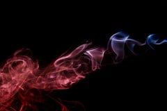 Αφηρημένος κόκκινος μπλε καπνός από τα αρωματικά ραβδιά Στοκ Εικόνες