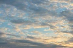 Αφηρημένος κόκκινος νεφελώδης ουρανός Στοκ φωτογραφία με δικαίωμα ελεύθερης χρήσης