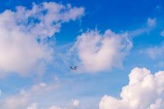 Αφηρημένος μπλε ουρανός θαμπάδων με το υδροπλάνο που πετά επάνω από τις Μαλδίβες isl Στοκ Εικόνες