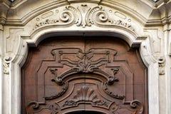 αφηρημένος ορείχαλκος σε μια κλειστή ξύλινη πόρτα Λουγκάνο Ελβετία Στοκ Φωτογραφίες