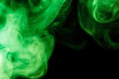 Αφηρημένος πράσινος καπνός hookah σε ένα μαύρο υπόβαθρο Στοκ φωτογραφία με δικαίωμα ελεύθερης χρήσης
