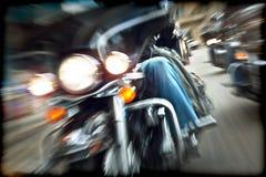 Αφηρημένος σε αργή κίνηση, ποδηλάτες που οδηγά τις μοτοσικλέτες Στοκ Εικόνα