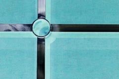 Αφηρημένος σταυρός μετάλλων στο πράσινο υπόβαθρο Στοκ Εικόνες