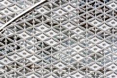 Αφηρημένος στενός επάνω του σύγχρονου εξωτερικού αρχιτεκτονικού τοίχου PA μετάλλων Στοκ εικόνες με δικαίωμα ελεύθερης χρήσης