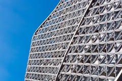 Αφηρημένος στενός επάνω του σύγχρονου εξωτερικού αρχιτεκτονικού τοίχου PA μετάλλων Στοκ φωτογραφία με δικαίωμα ελεύθερης χρήσης