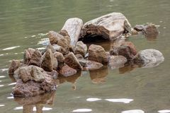 Αφηρημένος σχηματισμός πετρών στη λίμνη Στοκ εικόνα με δικαίωμα ελεύθερης χρήσης