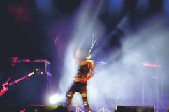 Αφηρημένος τραγουδιστής και πλήθος συναυλίας θαμπάδων Στοκ Εικόνα