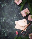 αφηρημένο ανασκόπησης Χριστουγέννων σκοτεινό διακοσμήσεων σχεδίου λευκό αστεριών προτύπων κόκκινο Κιβώτια, επιστολή και κερί δώρω Στοκ Εικόνες