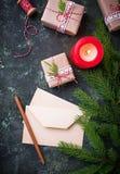 αφηρημένο ανασκόπησης Χριστουγέννων σκοτεινό διακοσμήσεων σχεδίου λευκό αστεριών προτύπων κόκκινο Κιβώτια, επιστολή και κερί δώρω Στοκ εικόνες με δικαίωμα ελεύθερης χρήσης
