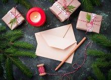 αφηρημένο ανασκόπησης Χριστουγέννων σκοτεινό διακοσμήσεων σχεδίου λευκό αστεριών προτύπων κόκκινο Κιβώτια, επιστολή και κερί δώρω Στοκ Εικόνα