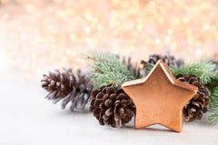 αφηρημένο ανασκόπησης Χριστουγέννων σκοτεινό διακοσμήσεων σχεδίου λευκό αστεριών προτύπων κόκκινο Αστέρι Χριστουγέννων και καπέλο Στοκ Φωτογραφία