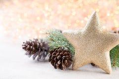 αφηρημένο ανασκόπησης Χριστουγέννων σκοτεινό διακοσμήσεων σχεδίου λευκό αστεριών προτύπων κόκκινο Αστέρι Χριστουγέννων και καπέλο Στοκ Εικόνα